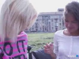 اللعب في سن المراهقة الروسية الروسية تلعب مع بوسها الحلو لإظهار بوسها الضيق وجعلها رطب. وظائف كس يجعلها مبللة.