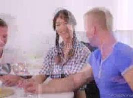 الصبي يمارس الجنس مع صديقته عميق في الحمار