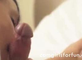 حار امرأة سمراء في سن المراهقة غير قادر على التوقف لمس بوسها
