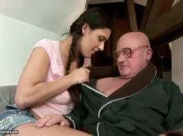 الجوز الرجل العجوز يمارس الجنس مع مثليات الشباب العربدة