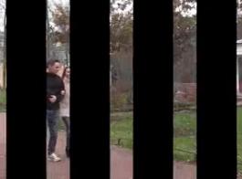 شاب امرأة سمراء يمارس الجنس مع صديقتها قبل إصلاح لسيارتها التي حصلت على سرقت 4