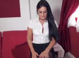 امرأة سمراء سكرتيرة في سن المراهقة يحصل بوسها امتدت موظف ديك كبير في الكعب العالي