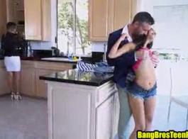 مثيرة في سن المراهقة خطوة ابنة يعلم بابا ما يلزم ليكون رجل
