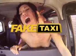 تاكسي مزيف سائق سيارة أجرة جميلة في الحمالات والمصاصة محظوظ يحصل ثمل الصعب