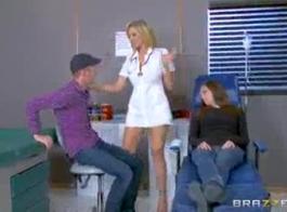 كل من ممرضة ممري ماري كلارينس وضربها لعق بعضها البعض على الألم واللعب الفخذ