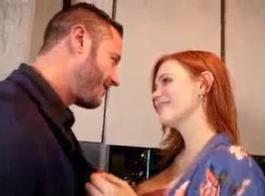 أحمر الشعر مع أخيها