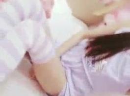 لطيف الآسيوية في سن المراهقة الفطائر بينما المتأنق يحب لعق لها كس شعر