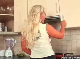 الأم شقراء الساخنة يحصل لها الحمار مارس الجنس