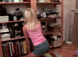 ستار ليلا ستار ويليسا مور يأخذ استراحة من الدراسة وجعل الحب على الأريكة.