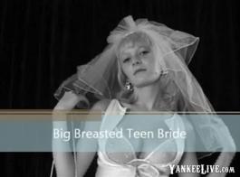 عذراء في سن المراهقة العروس وصديقتها الغريبة لعق كس بعضهم البعض في نفس الوقت.