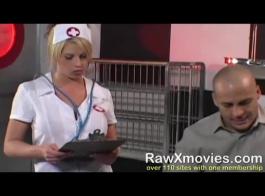ممرضة شقراء جذابة، حارة زنبق غالبا ما تكون في مزاج لممارسة الجنس، ولكن فقط مع مريضها.