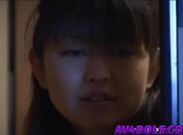 كانت الفتاة اليابانية، ري فرك ثدي ضخمة وعلى وشك الحصول على نائب الرئيس على وجهها.
