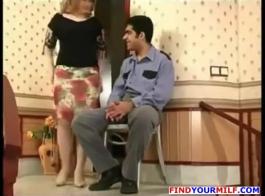 زوجة شقراء ناضجة، لا ترتدي الزنبق سراويل داخلية، بينما كانت تستعد لركوب الديك الثابت.