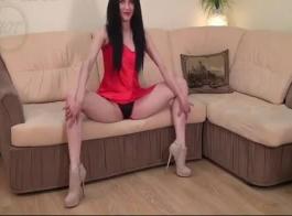 فاتنة مرنة ممارسة الجنس مع طبيبها المدربين جيدا أثناء في مكتبه.