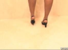 جميلة، فتاة سوداء تمتص ديك والحصول على مارس الجنس على سرير فضية من الفضة.