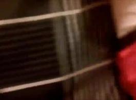 دمية آسيوية غريب في جوارب تحب ممارسة الجنس مع جميع أنواع الرجال قرنية.