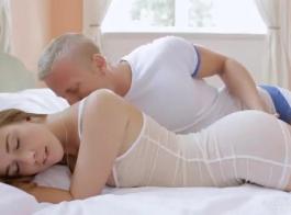 حصلت امرأة سمراء شابة رائعة على عارية وكان ممارسة الجنس مشبك مع رجل أحببت كثيرا.
