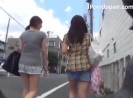 غالبا ما تمارس تلميذة اليابانية ممارسة الجنس مع جارتها القديمة، بينما كانت زوجته في العمل.