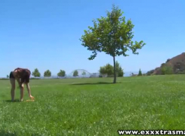 فتاة نحيلة آسيوية فرك بلطف ديك شريكها الكبيرة، مع قدميها، في نفس الوقت.