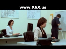 معلم يدلي فاتنة أصابع بوسها الحلو بينما تمحو المدرسة.