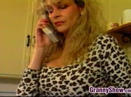 الجدة شقراء محدودة ممارسة الجنس مع شخص غريب، لأن كلاهما يريد بعض النقود.