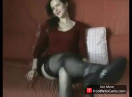 امرأة سمراء رائعة إغاظة وإضفاء الطابع الدسلي لها خطف.