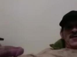 ميلف قرنية جدا يمتص ديك حبيبهم في نفس الوقت، في غرفة نوم ضخمة.