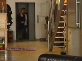 تيسي سارة تتعلم آلة الديك.