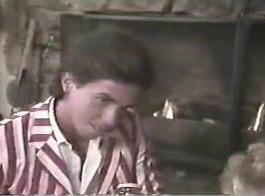 عسل شقراء الساخنة، سيلفي يمتص ديك صخرة صعبة، ثم الاستعداد لركوبه.