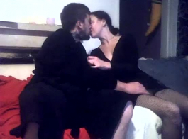 إغاظة مثليات التقبيل ولعق كس بعضهم البعض على الأرض، بينما لا أحد يراقب.