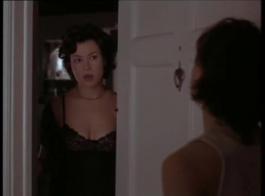 المرأة الساخنة في الزي الفاحص هو مص ديك غريب وركوبه مثل الجنون.