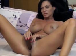 امرأة سمراء رائعة ممارسة الجنس بينما يقبل شريكها قدميها واستمتع بالشعور.