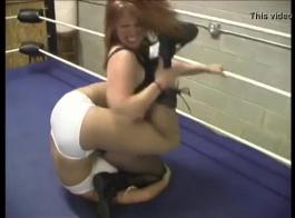 المصارعة كبيرة الثدي أمي تمتص والملاعين جارتها.