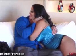 فاتنة الكرتون، ميا مالكوفا ترتدي بيكيني بينما كانت تعرقل على الأريكة.