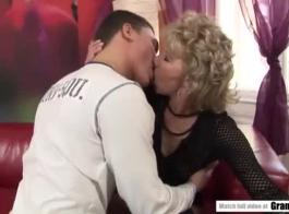 امرأة جذابة شقراء الساخنة الطازجة، فيكي وليلي تواجه ممارسة الجنس الشرجي خلال الثلاثي.