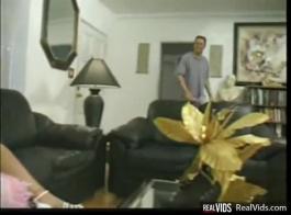 شقراء تحصل مارس الجنس في الوضع المناسب، من قبل صبي قرنية، بينما هو على الأريكة.