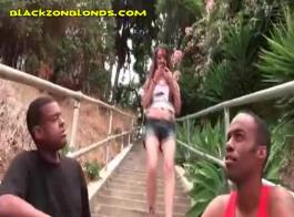 امرأة سمراء فاتنة تجريد بيكيني وتنورة الأبنوس.