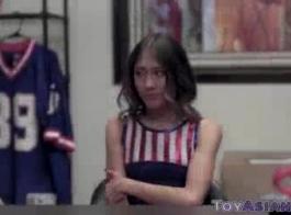في سن المراهقة الآسيوية الجميلة يحصل مسمر في المطبخ.