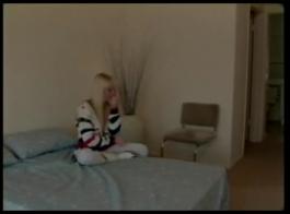 سكارليت، سافانا وهلي يأكلون بعضهم البعض الحمار في غرفة المعيشة، فقط للمتعة.