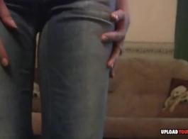 الجذاب المراهقين امرأة سمراء مع عيون زرقاء هو مص ديك غريب والحصول على مارس الجنس من الظهر.