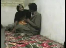 امرأة متزوجة شقراء تغش على زوجها مع رجل في مكتبها.