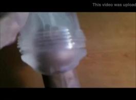 صنم امرأة تستخدم موز في مؤخرتها الضيقة.