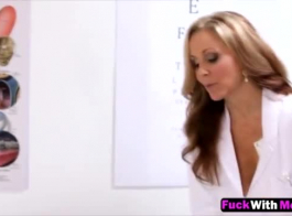 تمتلك جبهة مورو ذو شعر مظلم ممارسة الجنس بدلا من القيام بعملها في اليوم الجديد.