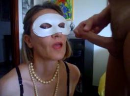 تضم لينا ممارسة الجنس مع مجموعة غريب من الناس المعروفين في غرفة ضخمة.