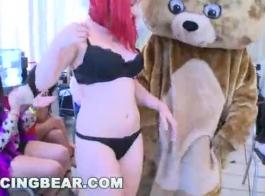 صغيرتي شقراء الدب يحصل على الديك لعق كبير.