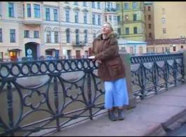 فاتنة الروسية مفلس مارس الجنس من الصعب في غرفة المعيشة والتدفق مثل وقحة كاملة