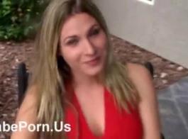 فاتنة شقراء جميلة مع الثدي الصغيرة، حصلت الياسمين مارس الجنس في الحمام واستمتع بها.
