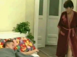 الجدة المشاغب لديها مجموعة من الثلاثي مع فتاتين آسيويين سيئة، بينما يراقب زوجها.