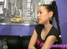 في سن المراهقة الهواة يركب ديك مثل الموالية الحقيقية، لأنها تشعر أنني بحالة جيدة.