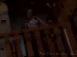 امرأة سمراء ضئيلة في الملابس الداخلية الأزرق وصديقها الجديد سخيف مثل الحيوانات البرية في سريرها الكبير.